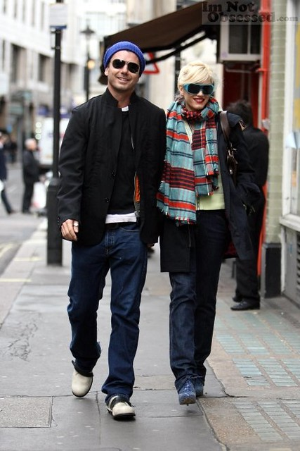 98748_gwen_stefani_and_gavin_rossdale_strolling_down_sohocelebutopia27120703_123_1017lo_wm by esther1616