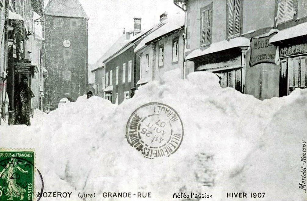 Grande Rue de Nozeroy sous la neige pendant l'hiver 1907