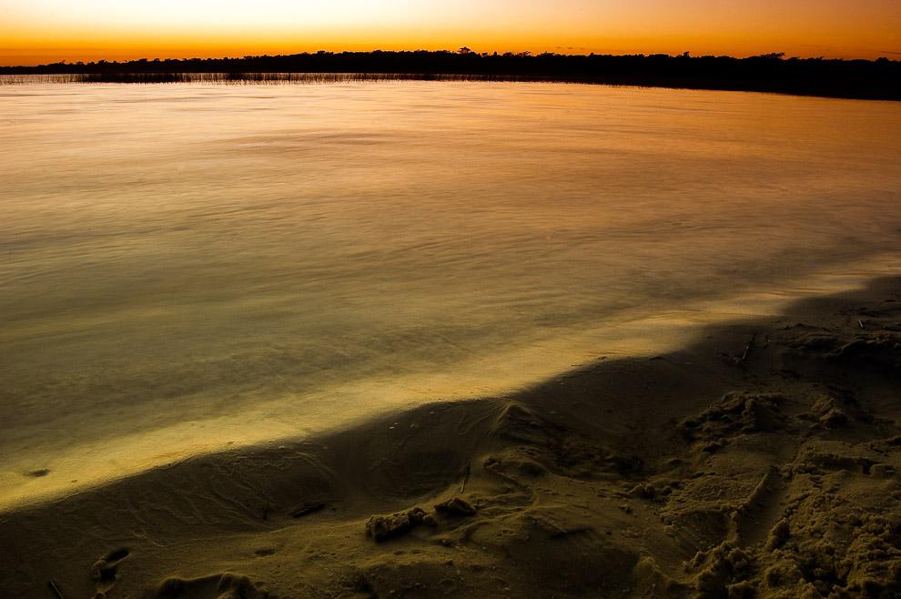Aguas de la Laguna Blanca reflejando la claridad del amanecer del jueves santo, el sol sale frente a la playa creando espectáculo visual cada mañana. (San Pedro, Paraguay - Elton Núñez)