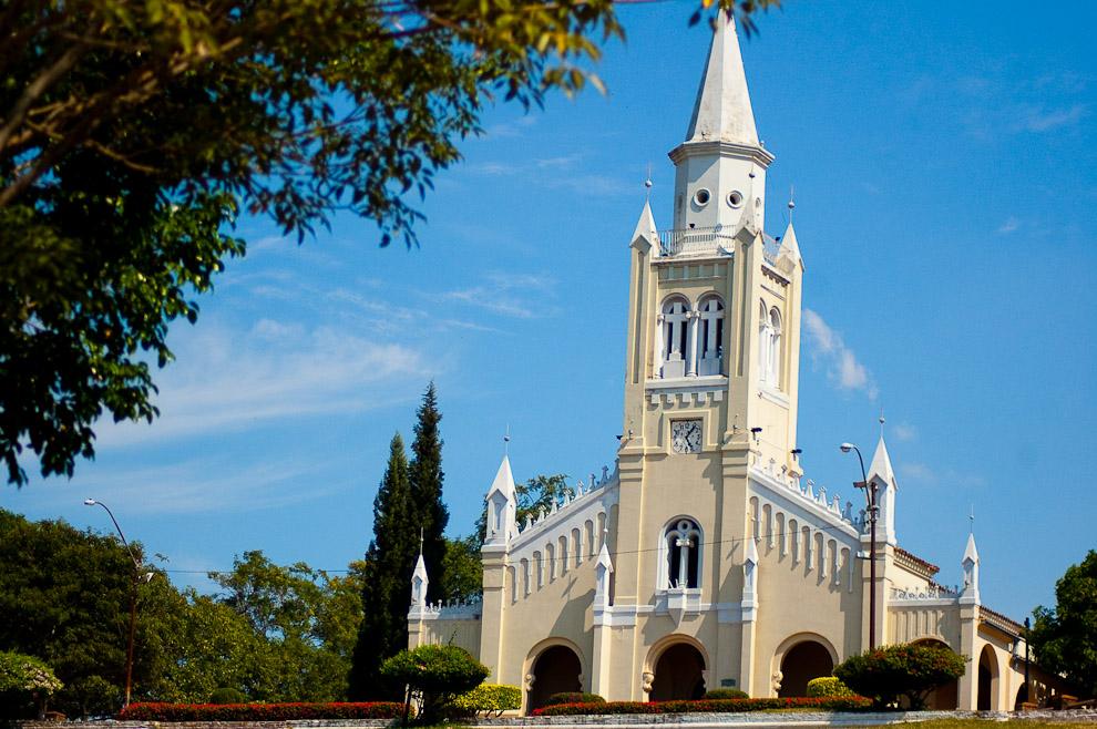Iglesia de Areguá, conocida como Iglesia de la Candelaria, ubicada en lo mas alto de la ciudad desde donde se puede ver el Lago Ypacaraí. (Areguá, Paraguay - Elton Núñez)