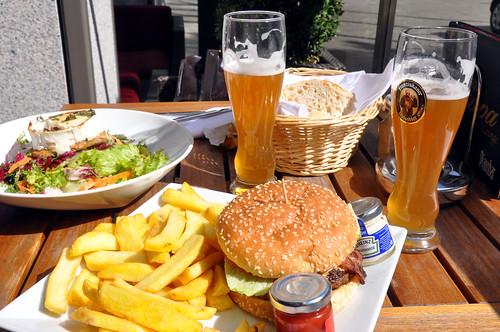 Chevre chaud, burger, pommes frites og hvedeøl