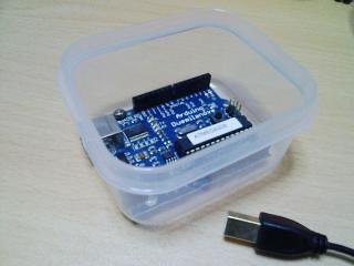 Arduinoがちょうど入る100均容器、USBの穴を あけてピッタリ