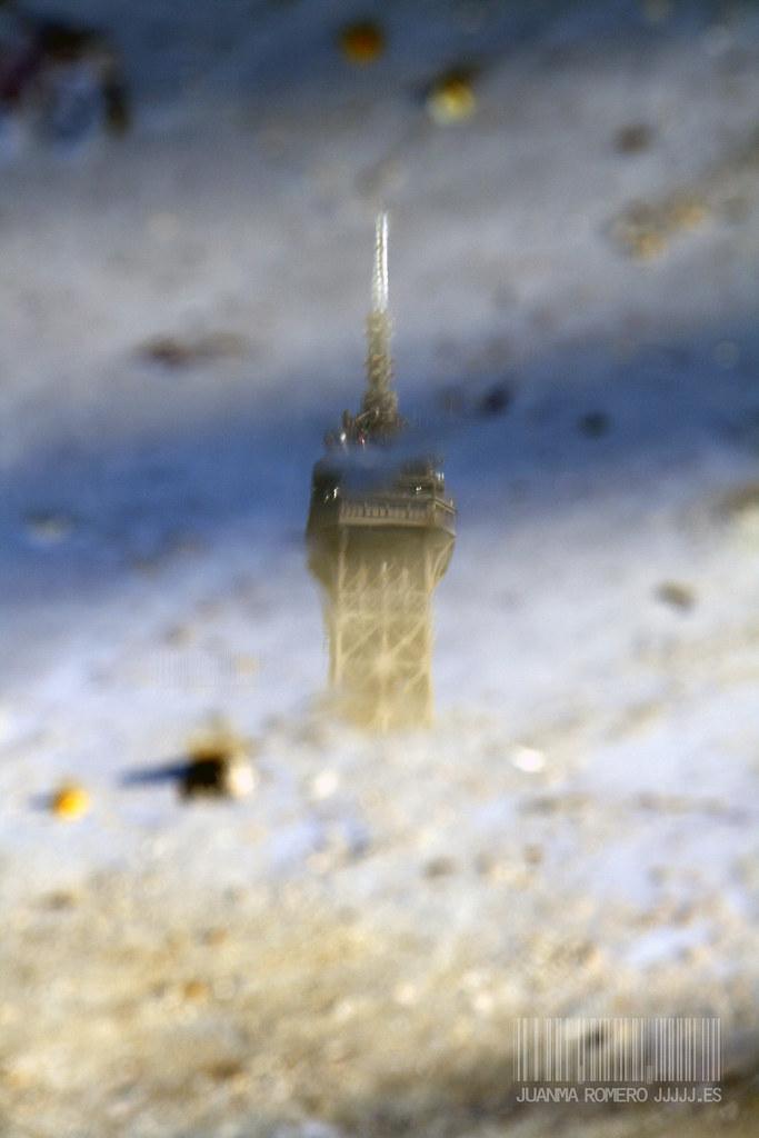 Reflejo de la Torre Eiffel en un charco