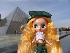 Dandelion gets her tummy out at the Louvre