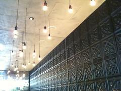 店内の様子。天井と壁