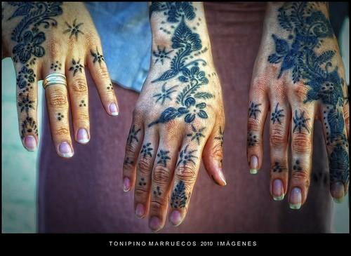manos tatuadas con henna por toni pino.