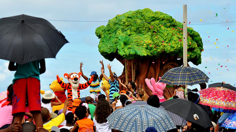 soteropoli.com fotos de salvador bahia brasil brazil parada walt disney 2010 mickey donald pluto nemo pooh toy story by Marta-Helena-Gonda