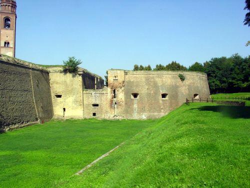 Pizzighettone, prov. Cremona, le mura, da  sito Provincia di Cremona