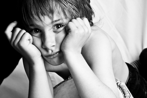 フリー写真素材, 人物, 子供, 少年・男の子, 頬杖をつく, モノクロ写真,