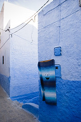 """A """"smiling carpet"""" in the Chefchaouen Medina (Tom Hanslien Photography) Tags: ex arabic morocco independent arab maroc islamic almaghreb kingdomofmorocco frenchcolony royaumedumaroc frenchprotectorate thewesternkingdom royalkingdomofmorocco"""
