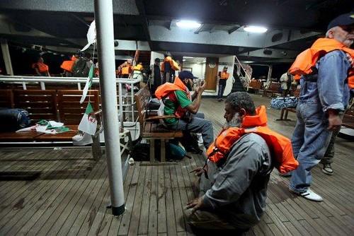 Activistas con chalecos salvavidas rezan dentro del barco Mavi Marmara, parte de la flotilla de ayuda humanitaria para Gaza atacada por Israel
