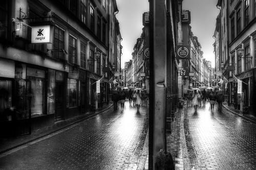 A Gamla Stan street reflection. Reflejo de una calle de Gamla Stan