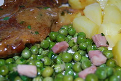 doperwtjes en karbonaadjes in Maitranksaus (ellenbouckaert) Tags: piselli erbse greenpea petitpois erwt schouderkarbonade doperwt doperwtjes maitrank gartenerbse guisanteverbe