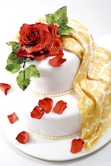 Red Rose (Bettys Sugar Dreams) Tags: birthday wedding rose cake germany hearts iceskating hamburg betty drape caketopper bling hochzeitstorte stenciling zucker diamant fondant schleife mmf schablone hochzeitstorten brosche motivtorte bettyssugardreams drappierung bltenpaste fodant geburtstagstorten