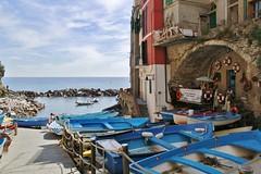 Vivere il mare... (fata_ci) Tags: riomaggiore cinqueterre liguria mare barche porto colori azzurro