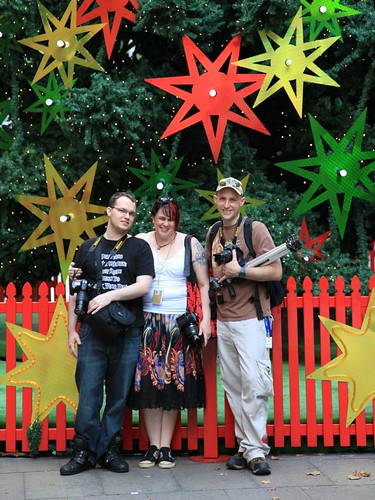 2009-12-12_1854-02a Tim Yvonne and Druey at the Christmas tree in Martin Place