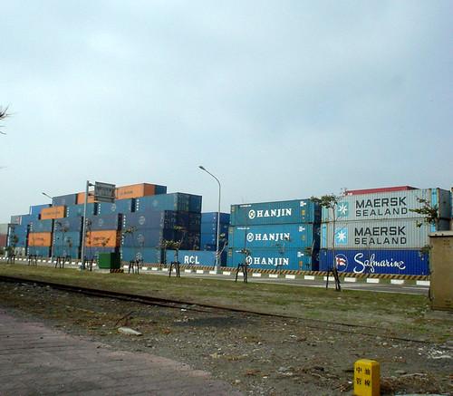 06.滿滿的貨櫃堆在路邊