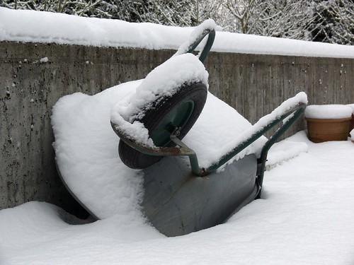 Schubkarre im Winter