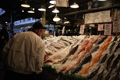 Seattle - Fish Market (Alex12Ga) Tags: seattle fish ice zeiss washington market 28mm fresh f28 slamon