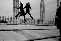 (53) Et que a saute ! (Donato Buccella / sibemolle) Tags: street blackandwhite bw italy milan silhouette jump milano streetphotography duomo touristphotos canon400d sultettodelduomo etqueasaute nofotosciopp sibemolle fotografiastradale elogiodelbanaleedelclich aheccomiparevao 150primavere
