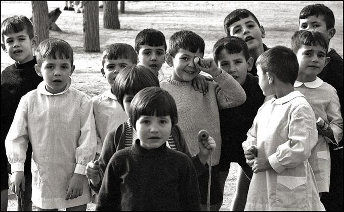 Niños en el Paseo del Miradero de Toledo en 1967. Fotografía de John Fyfe