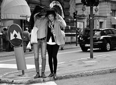 First drops of rain (Maurizio Costanzo - mavik2007) Tags: street people rain calle lluvia strada gente pioggia coppia ragazzi blackwhitephotos nikond90