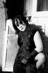 Viens dans mon monde... (Sous l'Oeil de Sylvie) Tags: portrait blackandwhite trash myself noiretblanc decay moi boa gloves contraste decayed abandonned décrépitude gants rurex stealingshadows maisonabandonné explorationrurale