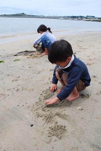Monkeymom's kids at the beach