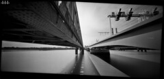 Oldschool vs Newschool (steven -l-l-l- monteau) Tags: camera bridge bw 120 analog train toy holga noiretblanc toycamera bordeaux eiffel nb pinhole lucky pont steven 100 argentique appareil sncf gustave lll wpc passerelle chemindefer stnop 6x12 monteau 6x12cm blackandswite holga120wpc 120wpc bordeauxcub stevenmonteau