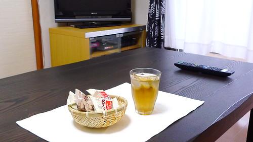 こたつテーブルと麦茶