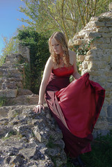 IMGP9696-2 (la fe_M) Tags: light portrait woman nature beautiful beauty rouge ruins dress pentax robe lumire femme beaut belle sweetness calme verdure k10 ruines k10d pentaxk10d justpentax lafeem