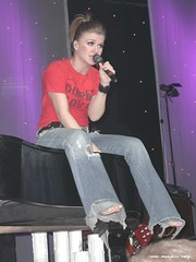 kelly clarkson (all female barefoot musicians) Tags: feet nude stage nackt barefoot fsse bhne barfuss sngerin