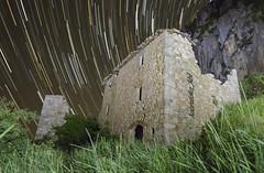 startrail_pegera (kbl phtogaphy) Tags: roja startrail paisaje nocturna cielo estrellas nikon nikon5100 sanyang naturaleza noche abandonado ruinas