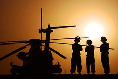 [フリー画像] [航空機/飛行機] [軍用ヘリ] [ヘリコプター] [シルエット] [夕日/夕焼け/夕暮れ]      [フリー素材]