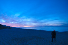 Ghost in the Sunset, Zingst, Mecklenburg-Vorpommern, Germany (Xindaan) Tags: ocean longexposure blue light sunset sea sky people cloud blur nature water silhouette night clouds germany geotagged deutschland noche licht nationalpark agua nikon scenery eau meer wasser europa europe sonnenuntergang nacht natur himmel wolke wolken wideangle balticsea baltic tokina alemania bluehour blau acqua 11mm allemagne ostsee 2009 f28 germania vorpommern zingst langzeitbelichtung bodden mecklenburgvorpommern  d300 uwa blauestunde ozean ultrawideangle 1116 nationalparkvorpommerscheboddenlandschaft 1116mm tokinaatx116prodx tokina1116f28 atx116prodx tokina1116 1116mmf28 281116 verwischer dateposted1263239824 dateposted1263361202