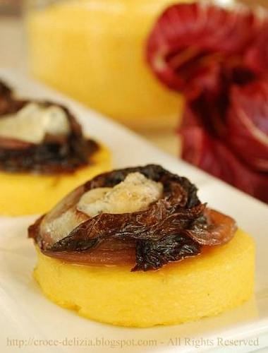Crostini di polenta, radicchio e gorgonzola