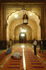 Badshahi Mosque, Lahore, Pakistan. (Amir Mukhtar Mughal | www.amirmukhtar.com) Tags: pakistan people men heritage history architecture canon design interior prayer amir offering historical punjab rugs carpets lahore worshipper historicalbuilding badshahimosque mughal namaz mughals heritageofpakistan amirmukhtar