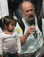 文魯彬帶著家中幼兒參與請願。