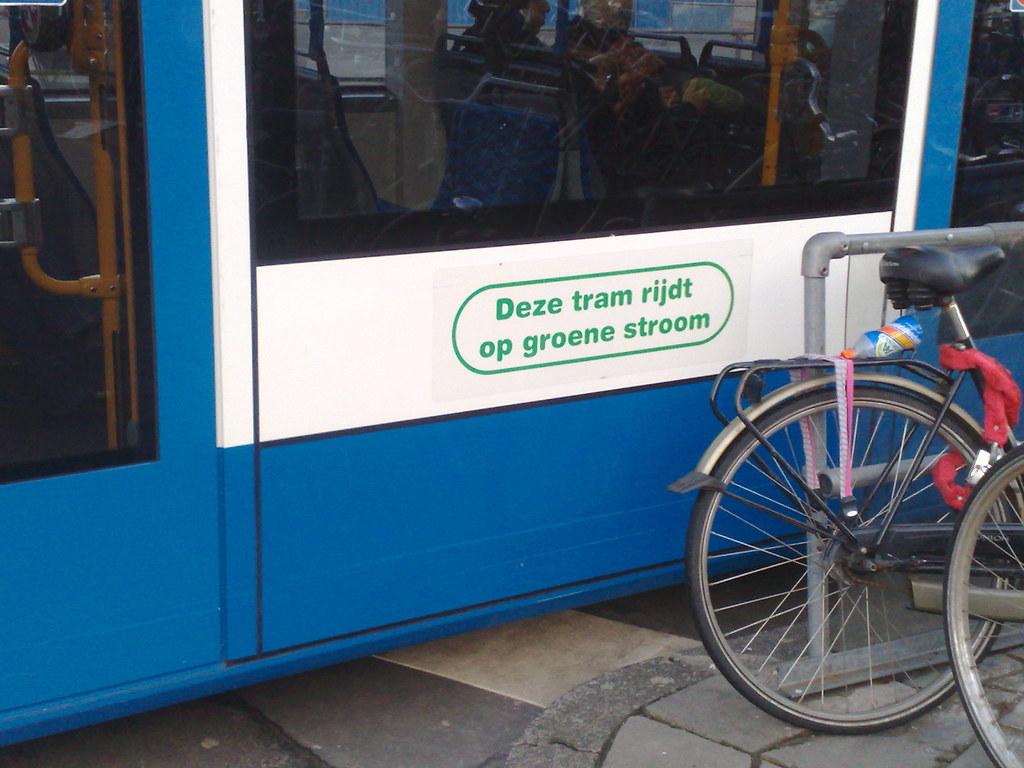 Tram op groene stroom in Amsterdam