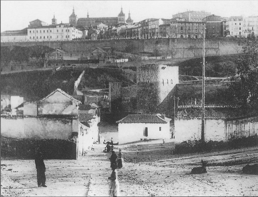 Torre de la Almofala y Puerta del Vado desde la calle Honda hacia 1900