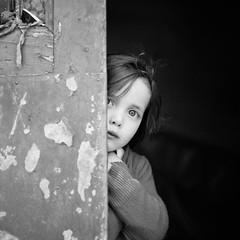 [フリー画像] 人物, 子供, 少女・女の子, 覗く, モノクロ写真, ポルトガル人, 201004021300