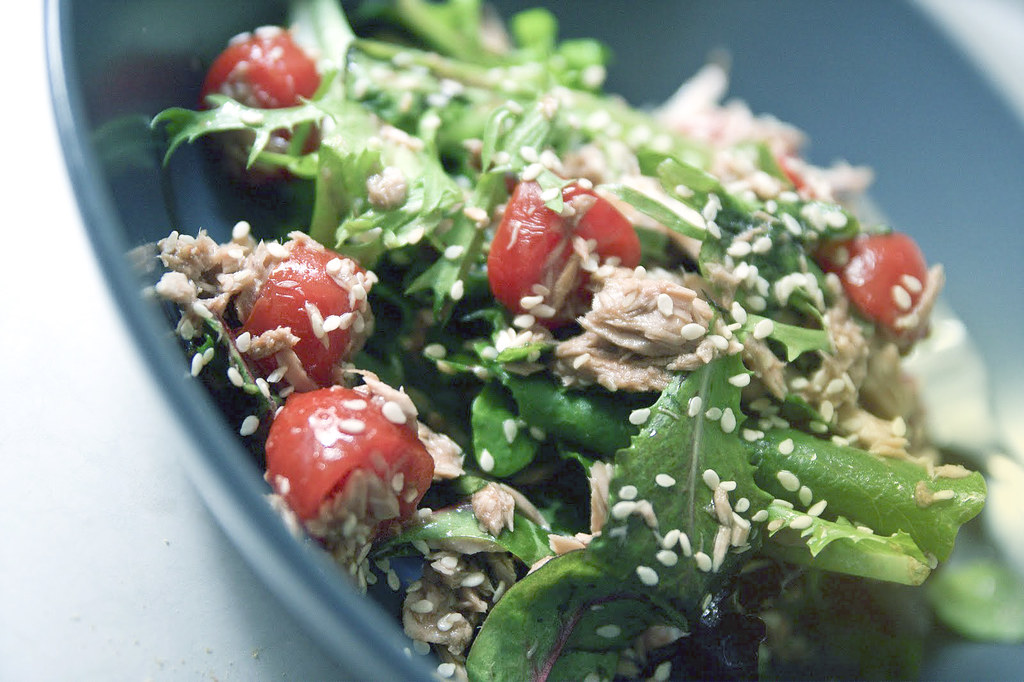 tuna tomato mixed greens and sesame