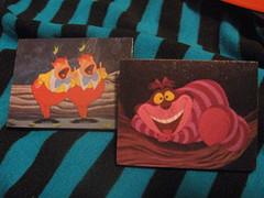 "Pins ""Tweedle Dee and Tweedle Dum"" y ""Not A Bat but A Cat"" (Oz Diseños) Tags: arte alicia pins imagenes tweedledee tweedledum artesania decoupage accesorios bijouterie gatodecheshire"