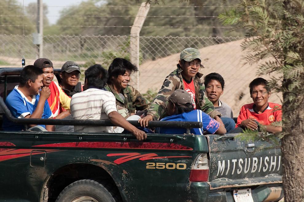Obreros Indígenas son transportados a sus hogares luego de la media jornada laboral en Filadelfia (Elton Nuñez - Filadelfia, Paraguay)