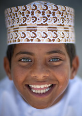 Blue eyed kid in Masirah Island , Oman (Eric Lafforgue) Tags: boy portrait smile hat closeup happy kid child culture ile chapeau arabia tradition oman enfant sourire blueeyed garcon heureux omn dishdasha  omani sultanate arabie  7785 traveldestination sultanat arabianpeninsula