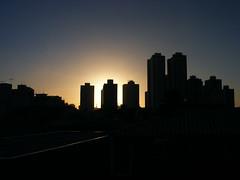 Quarta sunset 46 (Viva as Cores - Mrcia Aki) Tags: blue sunset brazil sky sun sol nature yellow azul brasil natureza cu dourado prdosol bahia salvador crepusculo anoitecer entardecer edficios shiluetas shilhueta yardecer