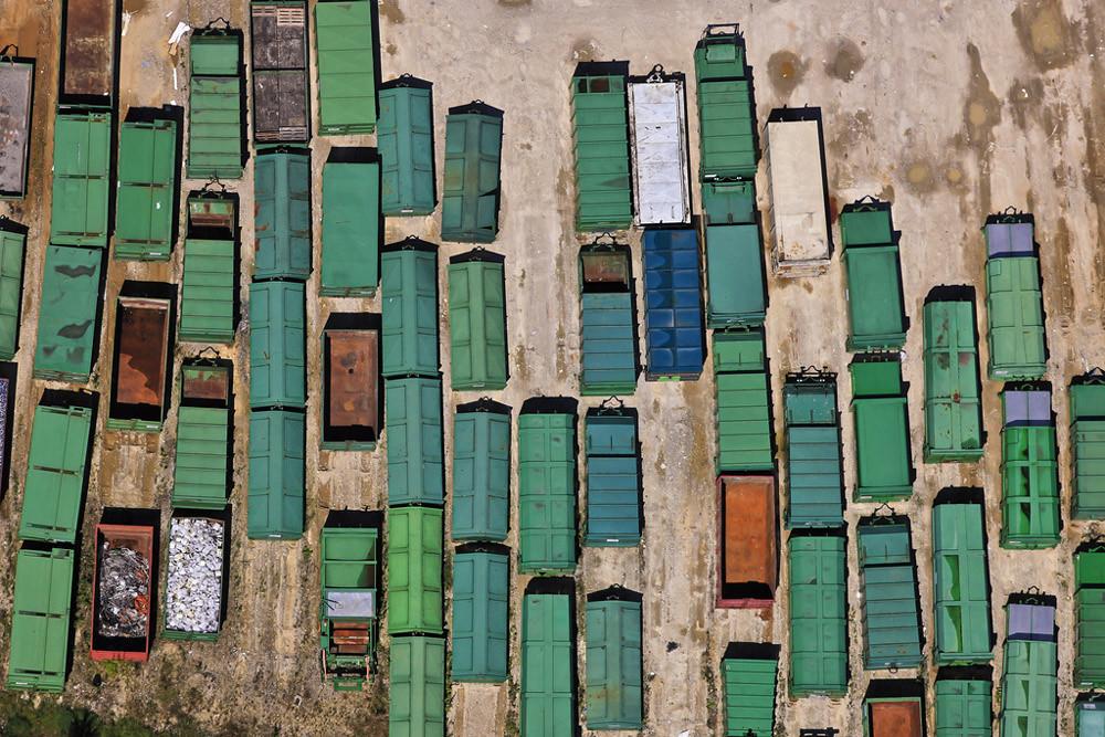 Luftbild vom Gelände einer Firma für Recycling, Reihen von grünen Containern