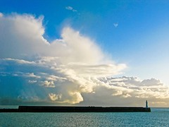 ~ dover blues ~ (Janey Kay) Tags: winter sea england sky mer lighthouse cold clouds january himmel wolken cu ciel cielo nuages nuvem kalt janvier phare froid nube channel dover manche januar 2010 verycold douvres wolden arschkalt the4elements canonpowershotg9 janeykay manchehiver