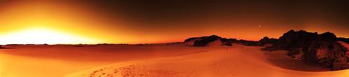 [フリー画像] 自然・風景, 砂漠, 夕日・夕焼け・日没, オレンジ色, サハラ砂漠, アルジェリア, パノラマ, 201005020500