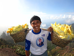Porteur de soufre (Shantishantiom) Tags: volcan kawa ijen